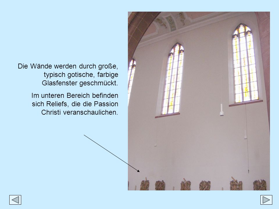 Die Wände werden durch große, typisch gotische, farbige Glasfenster geschmückt.