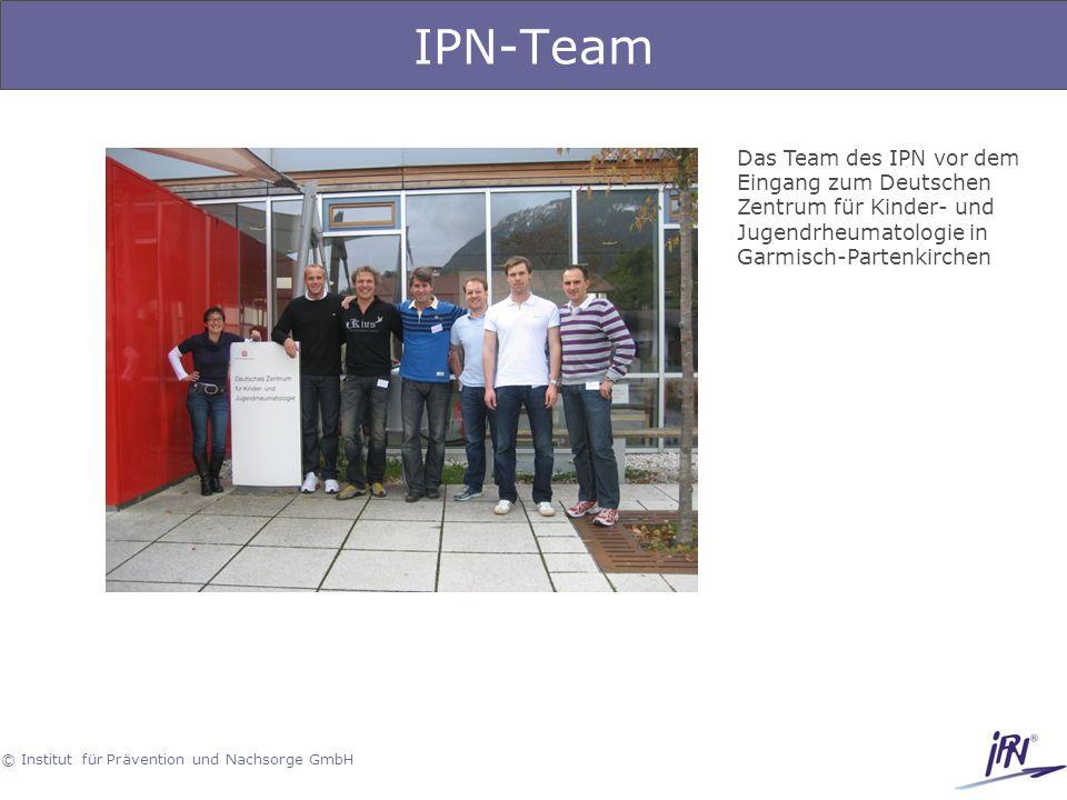 IPN-Team Das Team des IPN vor dem Eingang zum Deutschen Zentrum für Kinder- und Jugendrheumatologie in Garmisch-Partenkirchen.