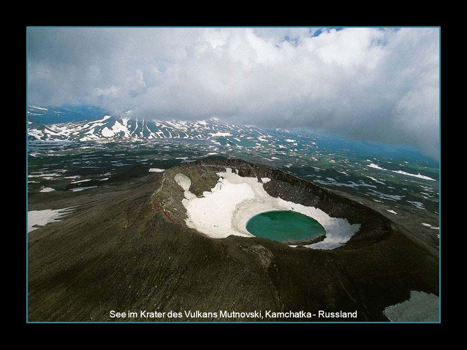 See im Krater des Vulkans Mutnovski, Kamchatka - Russland