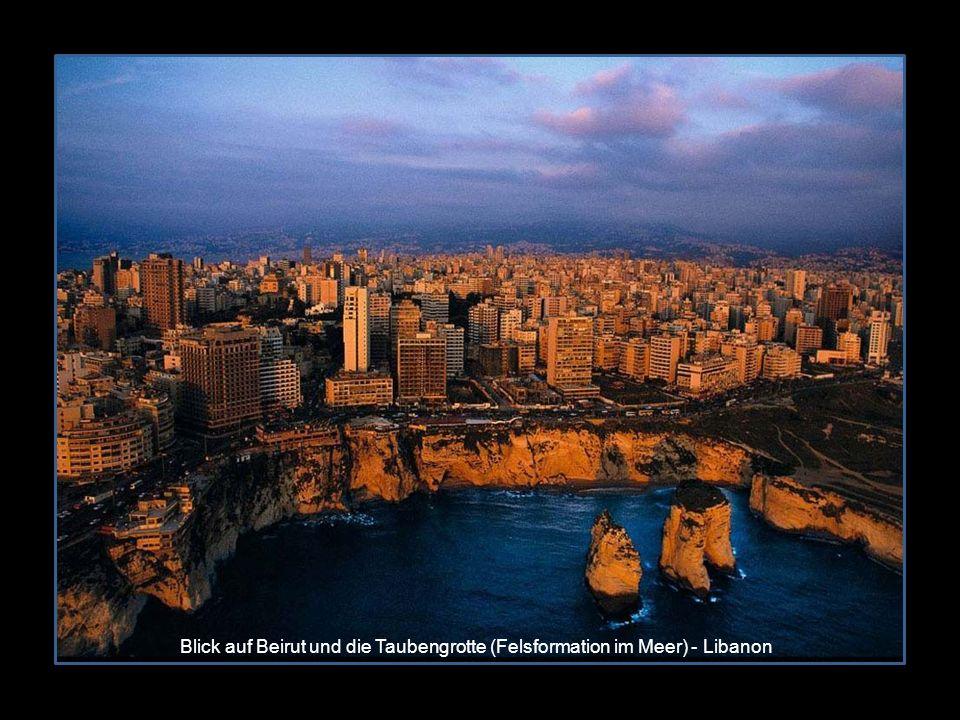 Blick auf Beirut und die Taubengrotte (Felsformation im Meer) - Libanon