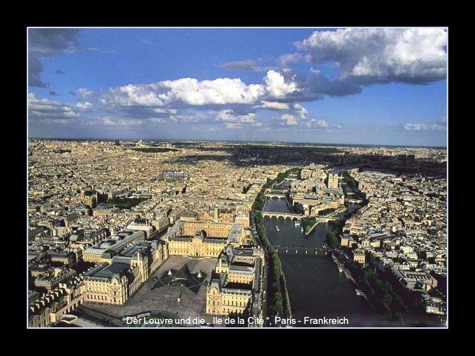 """Der Louvre und die """" Ile de la Cité , Paris - Frankreich"""