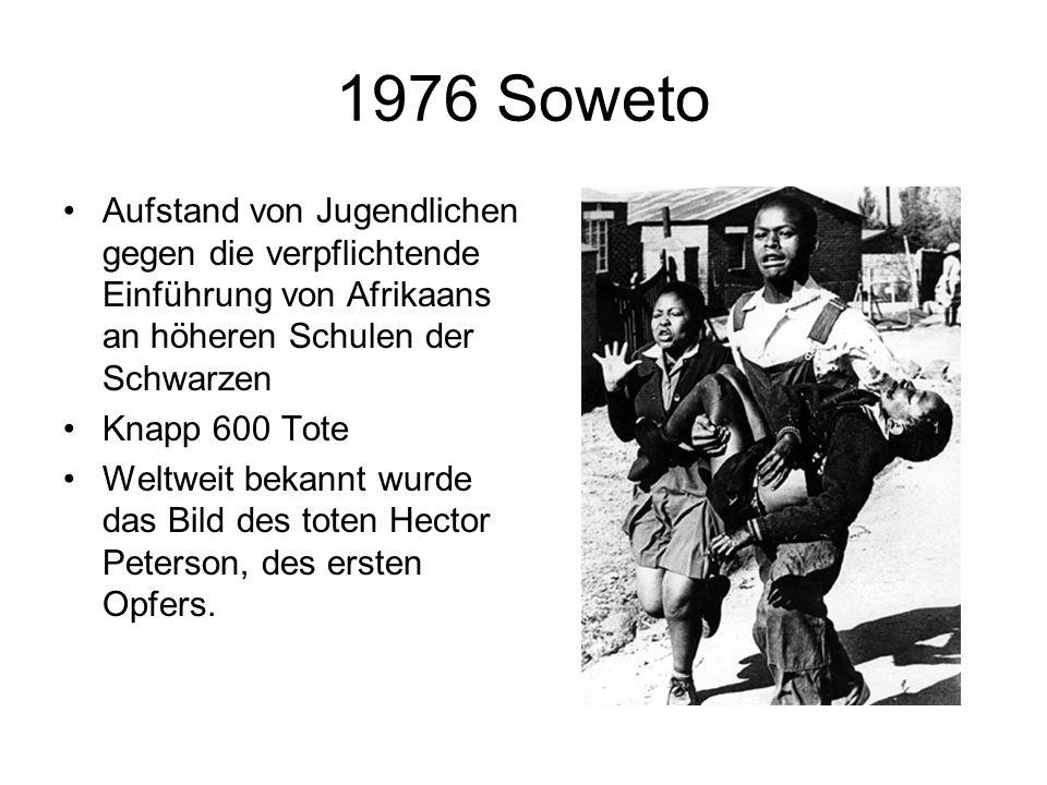 1976 Soweto Aufstand von Jugendlichen gegen die verpflichtende Einführung von Afrikaans an höheren Schulen der Schwarzen.