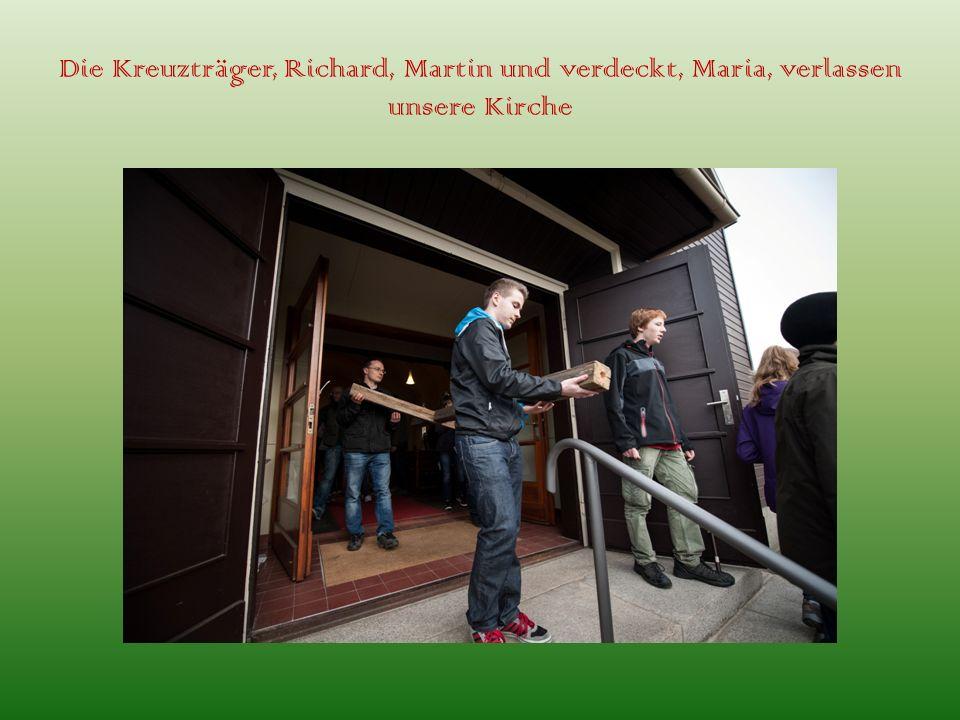 Die Kreuzträger, Richard, Martin und verdeckt, Maria, verlassen unsere Kirche