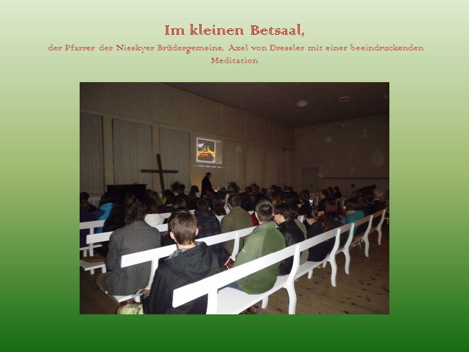 Im kleinen Betsaal, der Pfarrer der Nieskyer Brüdergemeine, Axel von Dressler mit einer beeindruckenden Meditation