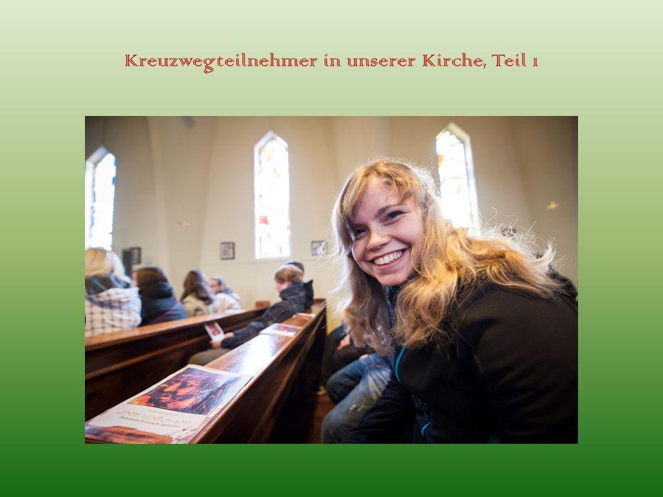 Kreuzwegteilnehmer in unserer Kirche, Teil 1