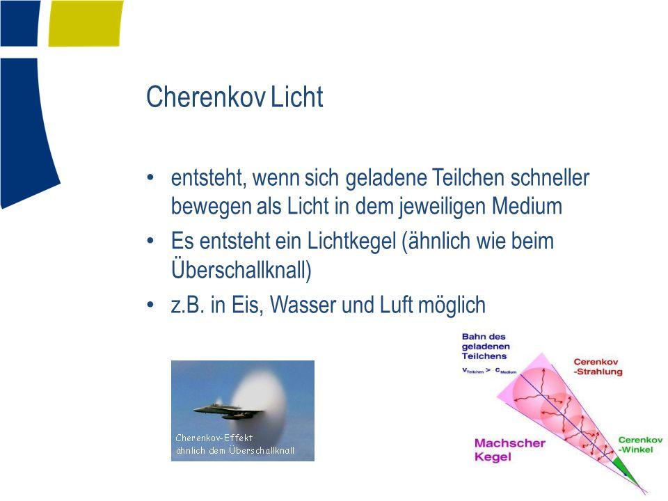 Cherenkov Licht entsteht, wenn sich geladene Teilchen schneller bewegen als Licht in dem jeweiligen Medium.