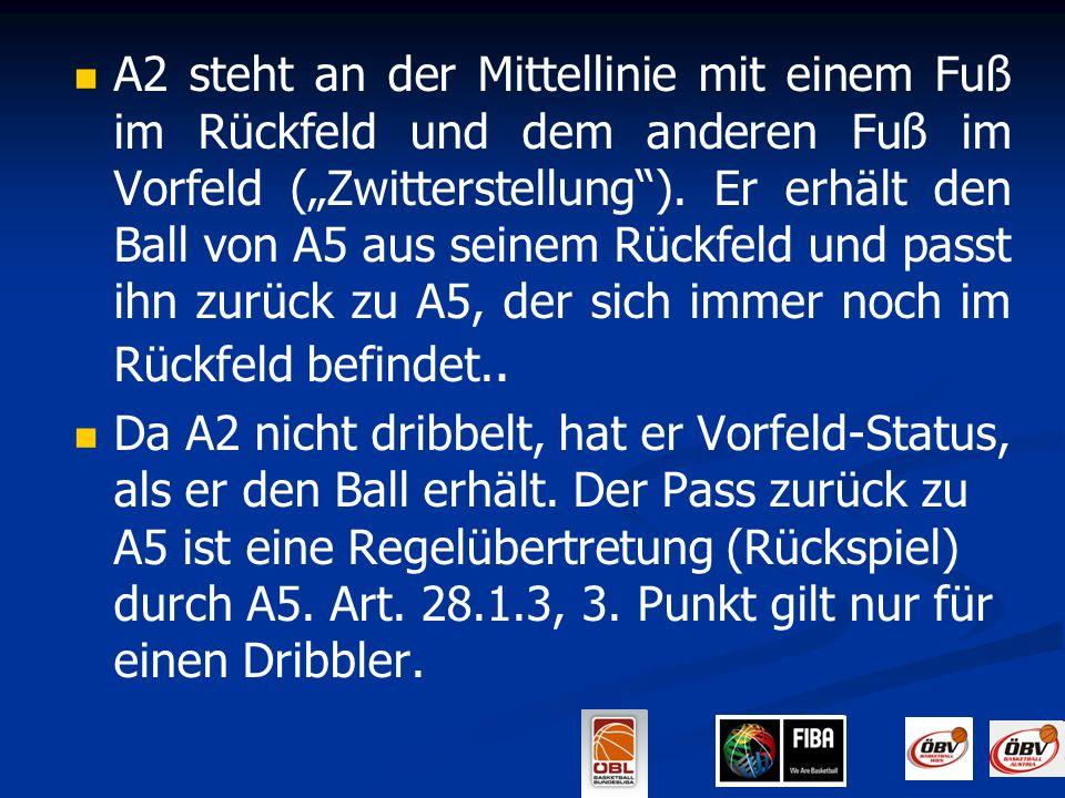 """A2 steht an der Mittellinie mit einem Fuß im Rückfeld und dem anderen Fuß im Vorfeld (""""Zwitterstellung ). Er erhält den Ball von A5 aus seinem Rückfeld und passt ihn zurück zu A5, der sich immer noch im Rückfeld befindet.."""
