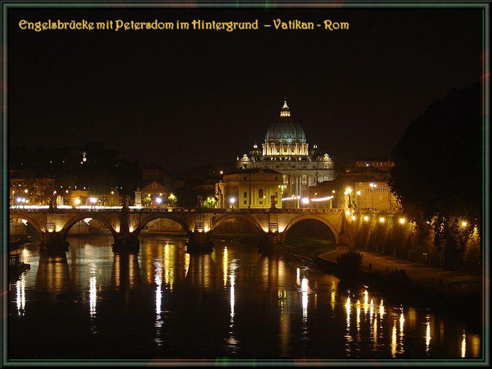 Engelsbrücke mit Petersdom im Hintergrund – Vatikan - Rom