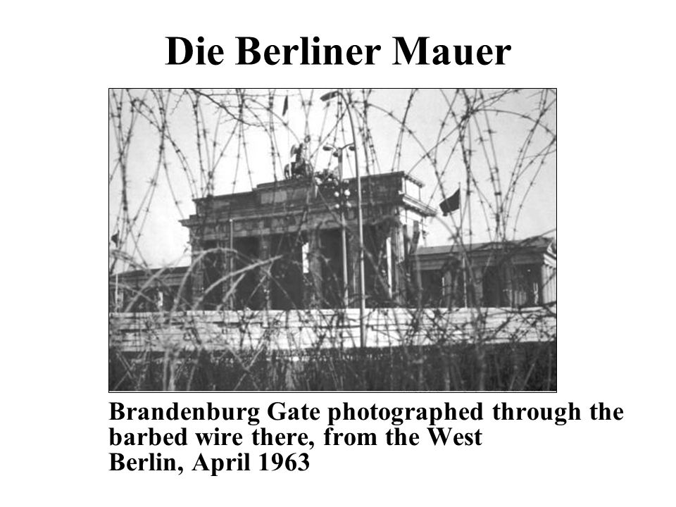 Die Berliner Mauer Brandenburg Gate photographed through the barbed wire there, from the West Berlin, April 1963.
