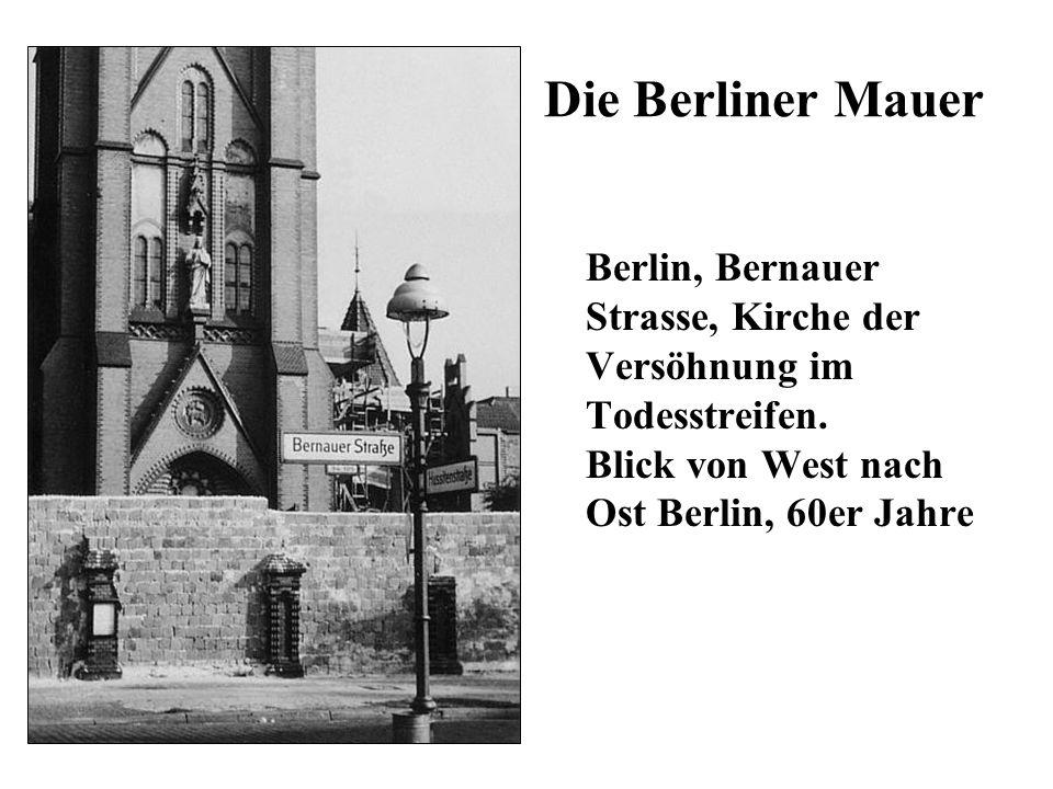 Die Berliner Mauer Berlin, Bernauer Strasse, Kirche der Versöhnung im Todesstreifen.