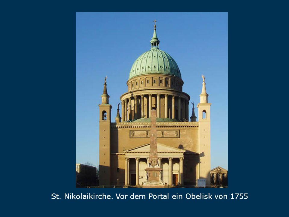 Nikolaikirche St. Nikolaikirche. Vor dem Portal ein Obelisk von 1755