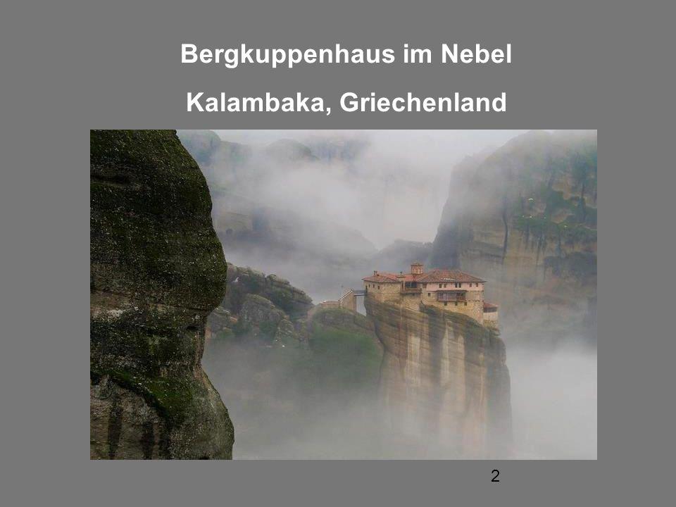 Bergkuppenhaus im Nebel Kalambaka, Griechenland