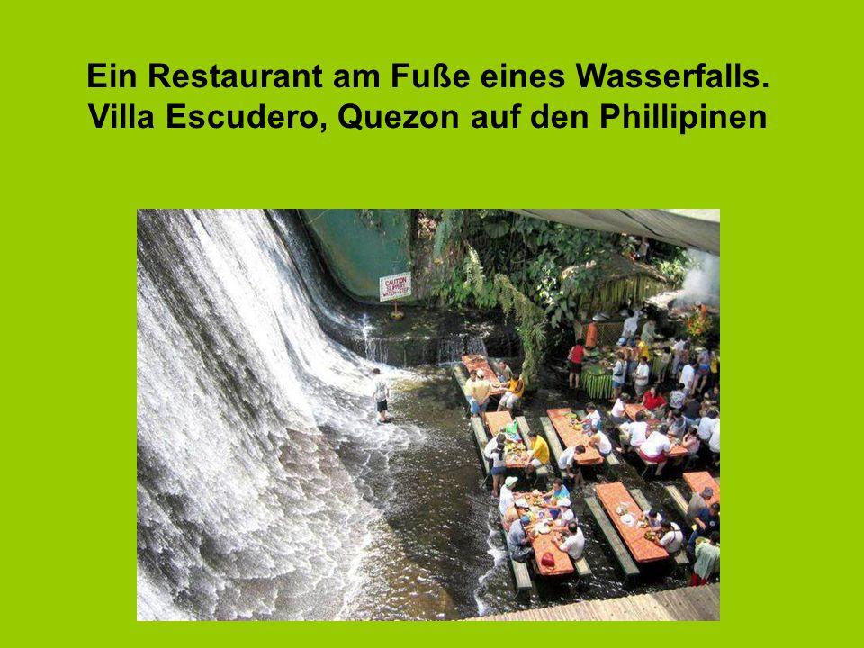 Ein Restaurant am Fuße eines Wasserfalls