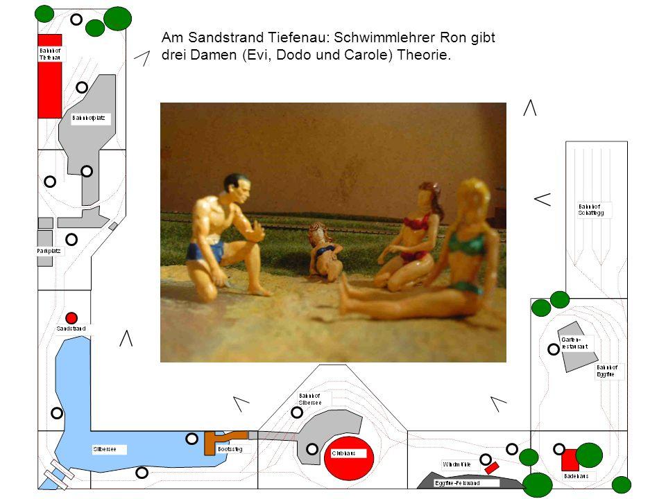 Am Sandstrand Tiefenau: Schwimmlehrer Ron gibt drei Damen (Evi, Dodo und Carole) Theorie.