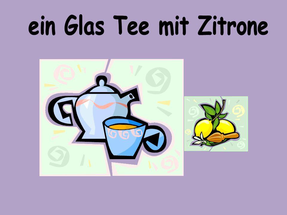 ein Glas Tee mit Zitrone