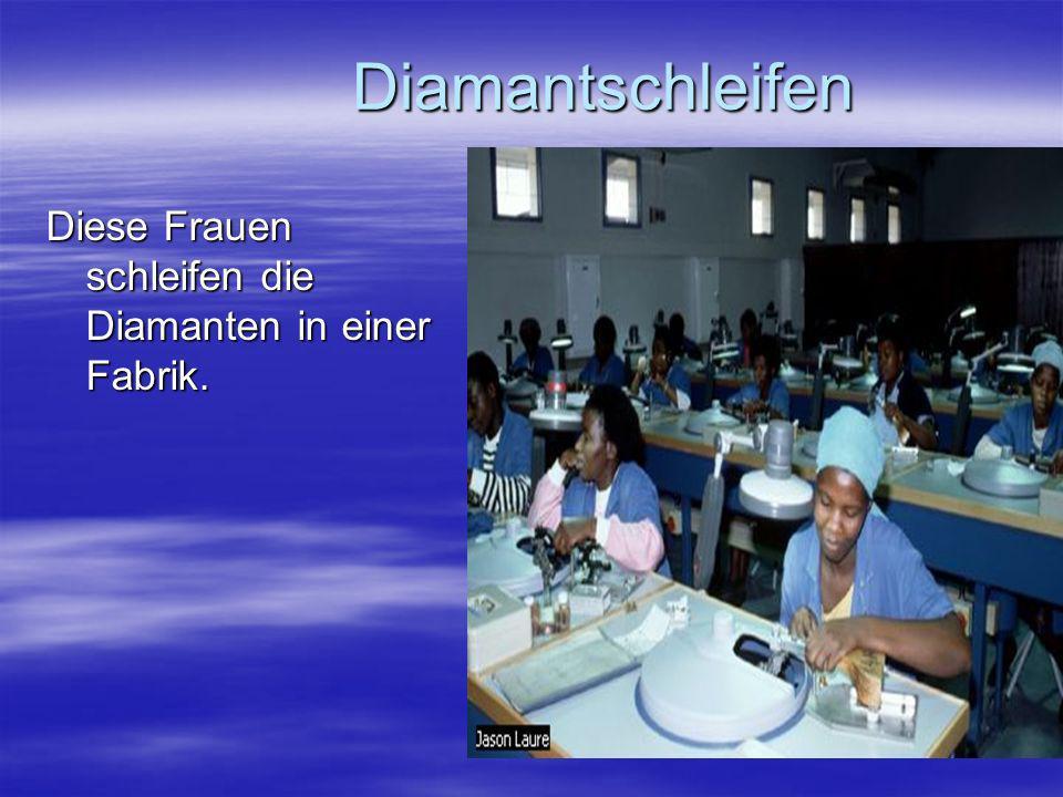 Diamantschleifen Diese Frauen schleifen die Diamanten in einer Fabrik.