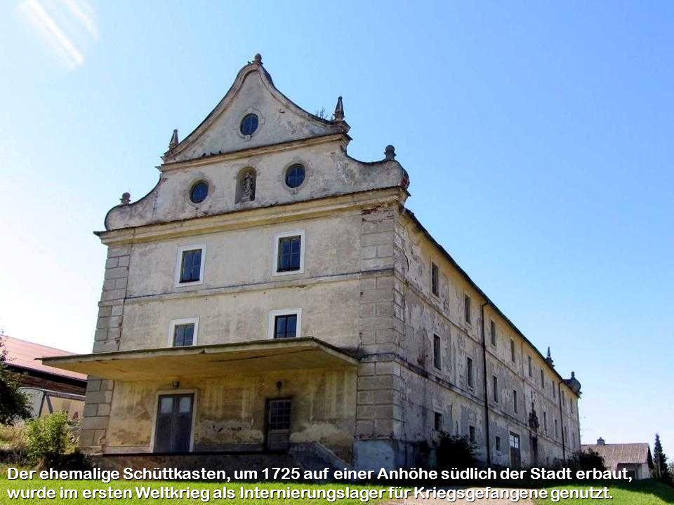 Der ehemalige Schüttkasten, um 1725 auf einer Anhöhe südlich der Stadt erbaut, wurde im ersten Weltkrieg als Internierungslager für Kriegsgefangene genutzt.