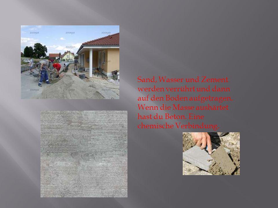 Sand, Wasser und Zement werden verrührt und dann auf den Boden aufgetragen.