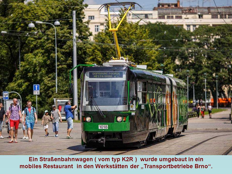 """Ein Straßenbahnwagen ( vom typ K2R ) wurde umgebaut in ein mobiles Restaurant in den Werkstätten der """"Transportbetriebe Brno ."""