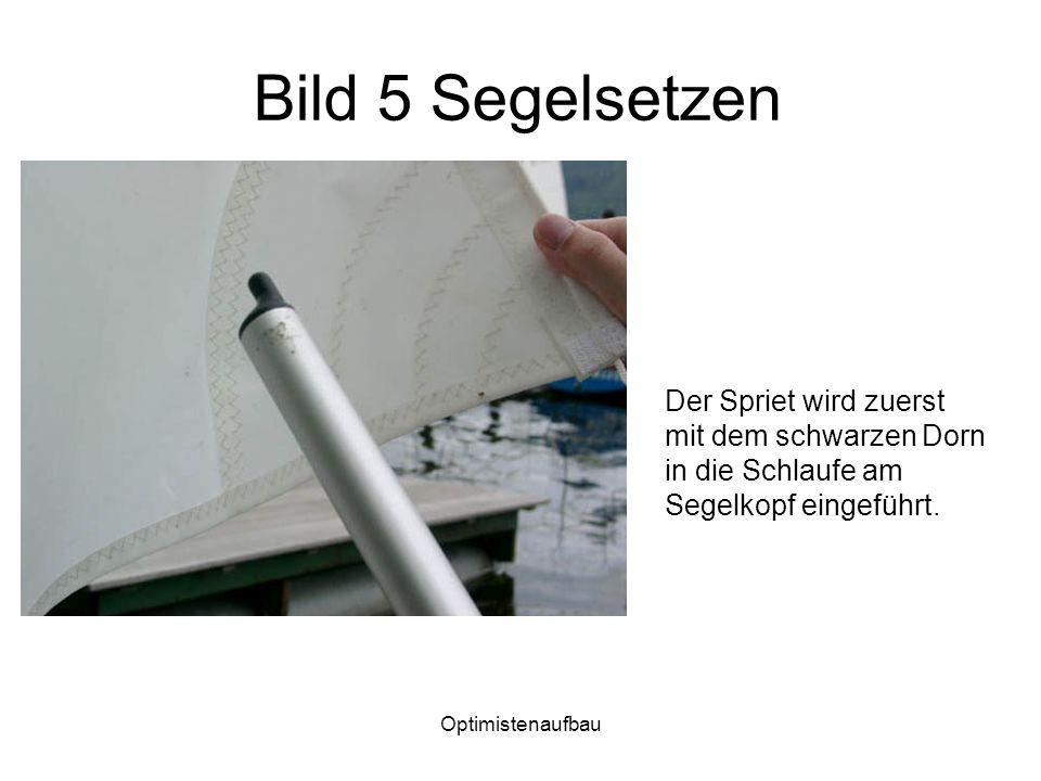 Bild 5 Segelsetzen Der Spriet wird zuerst mit dem schwarzen Dorn in die Schlaufe am Segelkopf eingeführt.