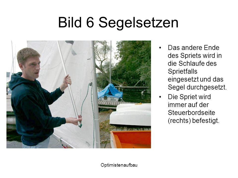 Bild 6 Segelsetzen Das andere Ende des Spriets wird in die Schlaufe des Sprietfalls eingesetzt und das Segel durchgesetzt.