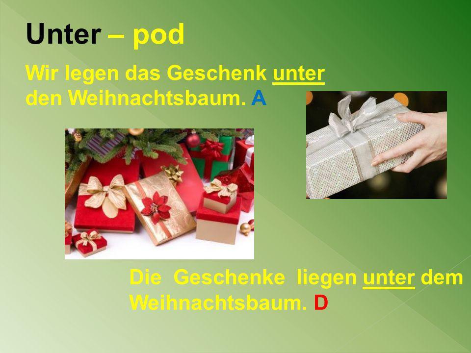Unter – pod Wir legen das Geschenk unter den Weihnachtsbaum. A