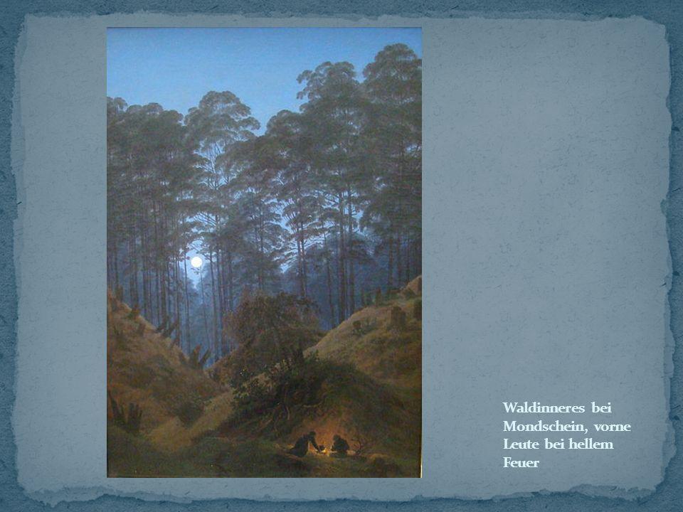 Waldinneres bei Mondschein, vorne Leute bei hellem Feuer