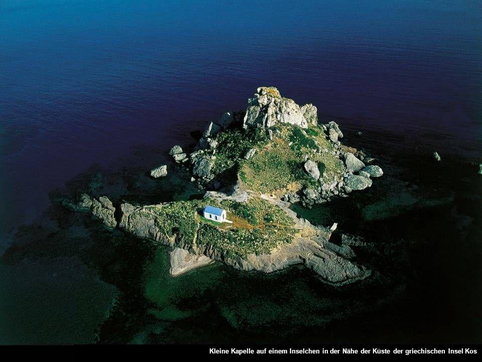 Kleine Kapelle auf einem Inselchen in der Nähe der Küste der griechischen Insel Kos