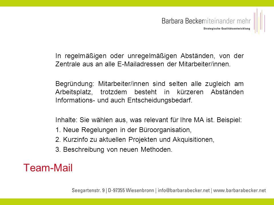 In regelmäßigen oder unregelmäßigen Abständen, von der Zentrale aus an alle E-Mailadressen der Mitarbeiter/innen.