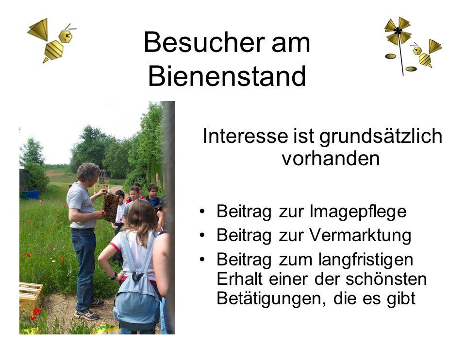 Besucher am Bienenstand