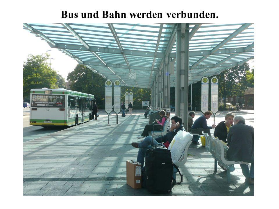 Bus und Bahn werden verbunden.