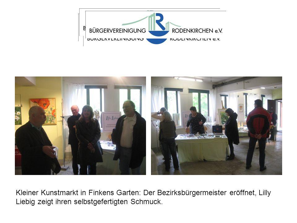 Kleiner Kunstmarkt in Finkens Garten: Der Bezirksbürgermeister eröffnet, Lilly Liebig zeigt ihren selbstgefertigten Schmuck.
