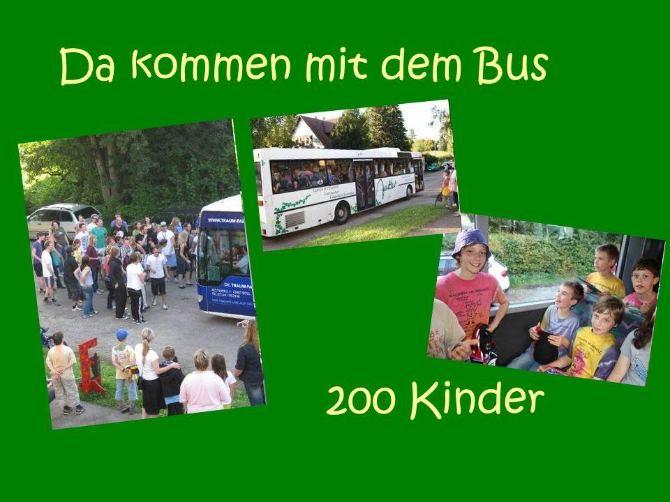 Da kommen mit dem Bus 200 Kinder