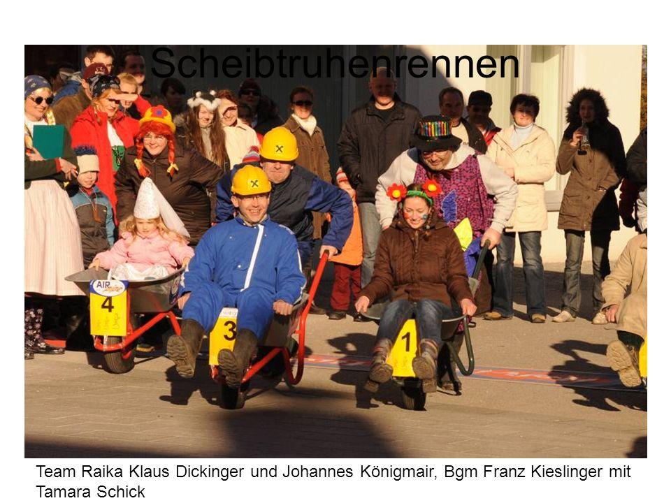 Scheibtruhenrennen Team Raika Klaus Dickinger und Johannes Königmair, Bgm Franz Kieslinger mit Tamara Schick.