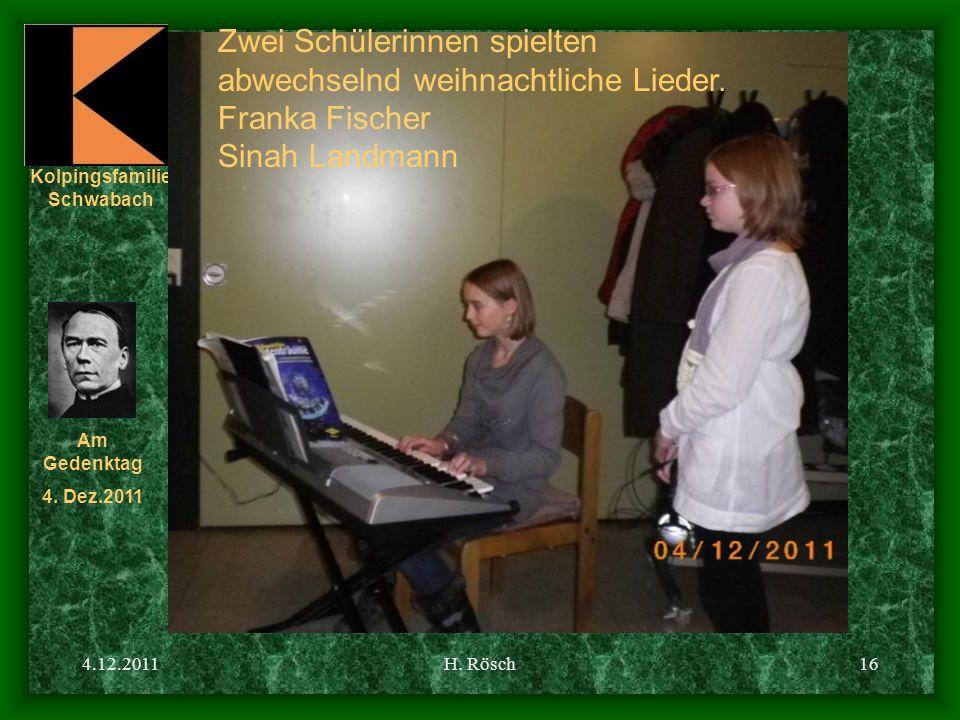 Zwei Schülerinnen spielten abwechselnd weihnachtliche Lieder