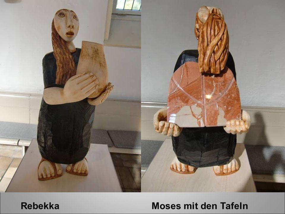 Rebekka Moses mit den Tafeln