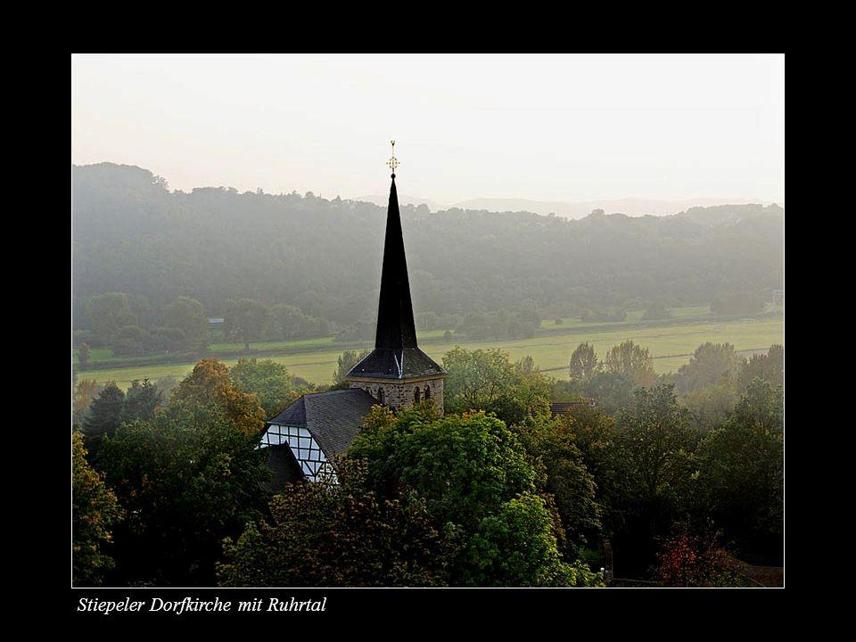 Stiepeler Dorfkirche mit Ruhrtal