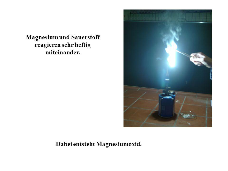Magnesium und Sauerstoff reagieren sehr heftig miteinander.
