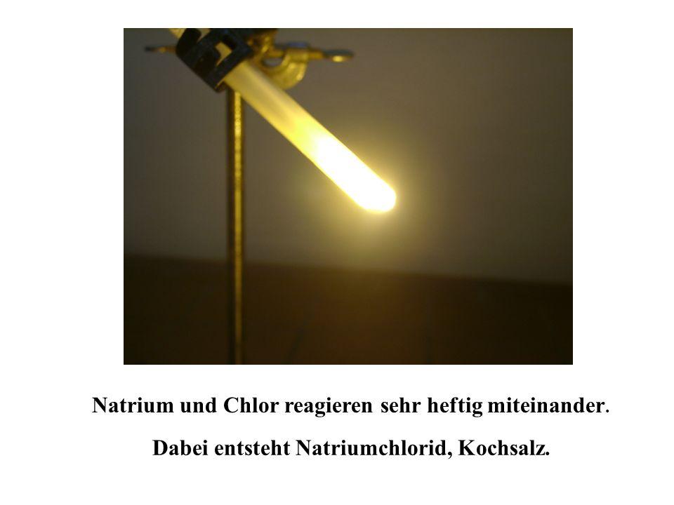 Natrium und Chlor reagieren sehr heftig miteinander.