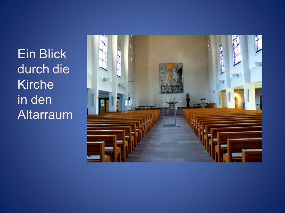 Ein Blick durch die Kirche in den Altarraum