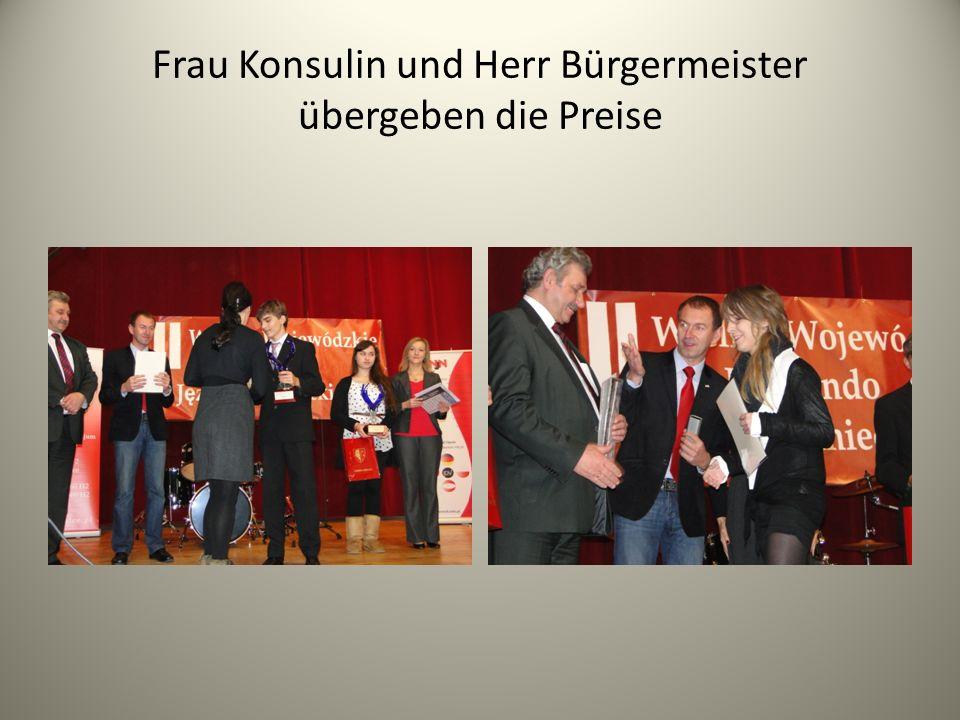 Frau Konsulin und Herr Bürgermeister übergeben die Preise
