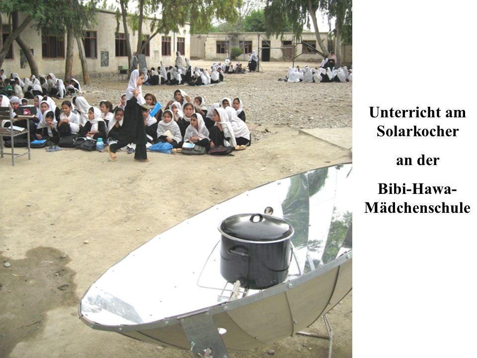 Unterricht am Solarkocher Bibi-Hawa-Mädchenschule