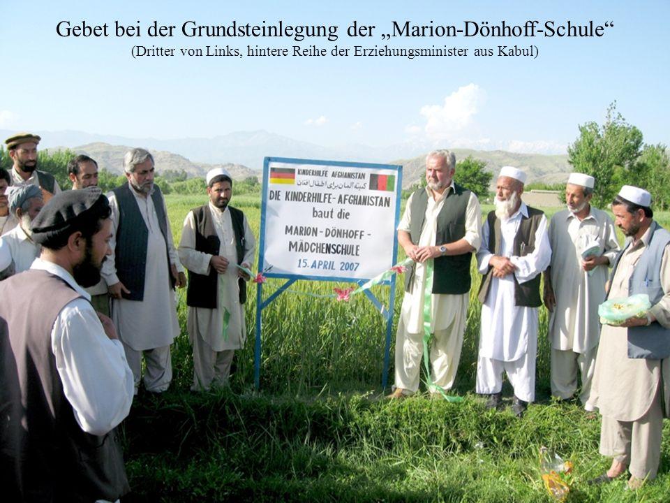 """Gebet bei der Grundsteinlegung der """"Marion-Dönhoff-Schule (Dritter von Links, hintere Reihe der Erziehungsminister aus Kabul)"""