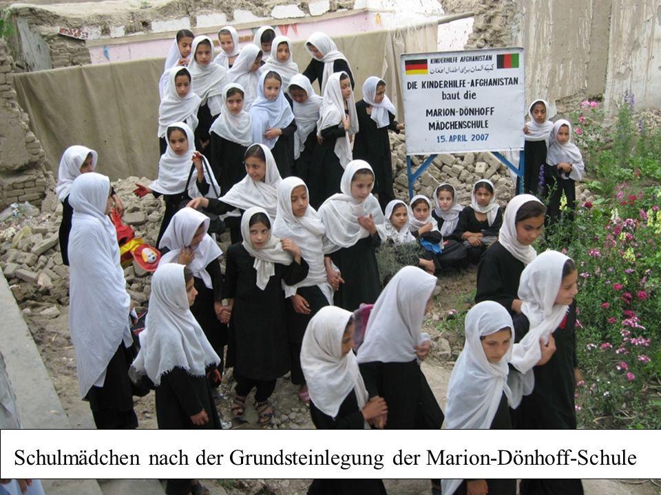 Schulmädchen nach der Grundsteinlegung der Marion-Dönhoff-Schule
