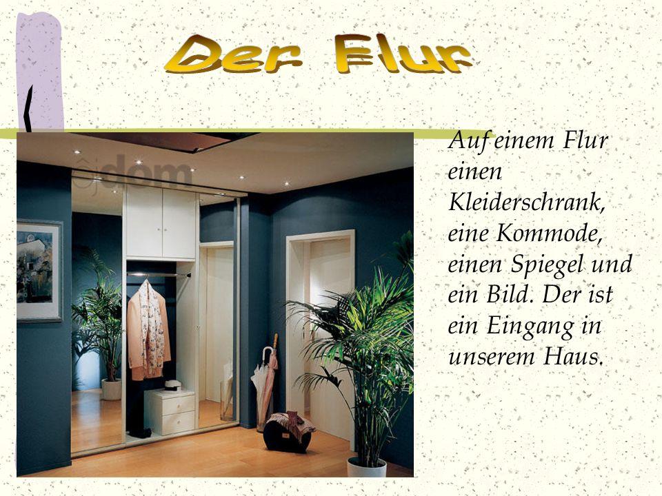 Der Flur Auf einem Flur einen Kleiderschrank, eine Kommode, einen Spiegel und ein Bild.