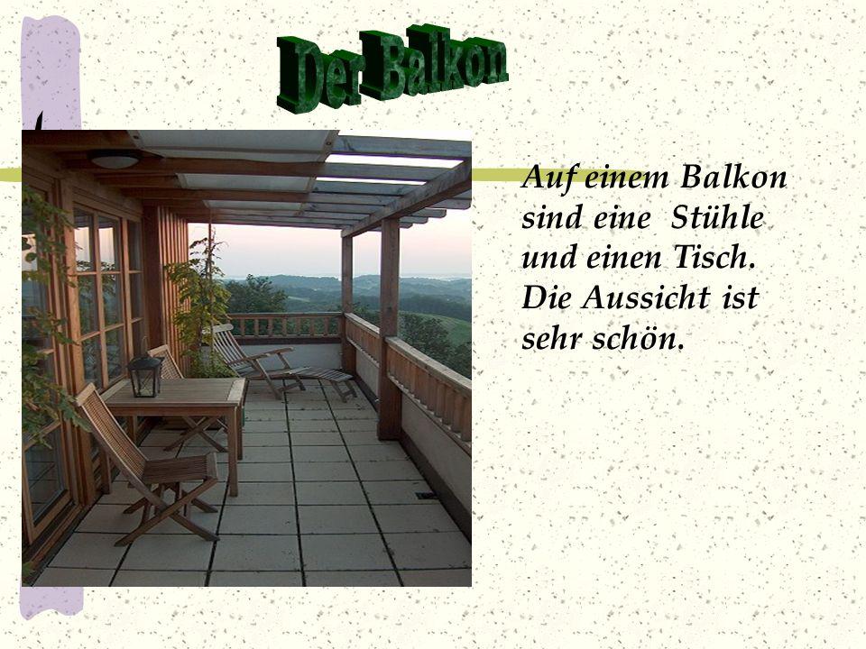 Der Balkon Auf einem Balkon sind eine Stühle und einen Tisch. Die Aussicht ist sehr schön.