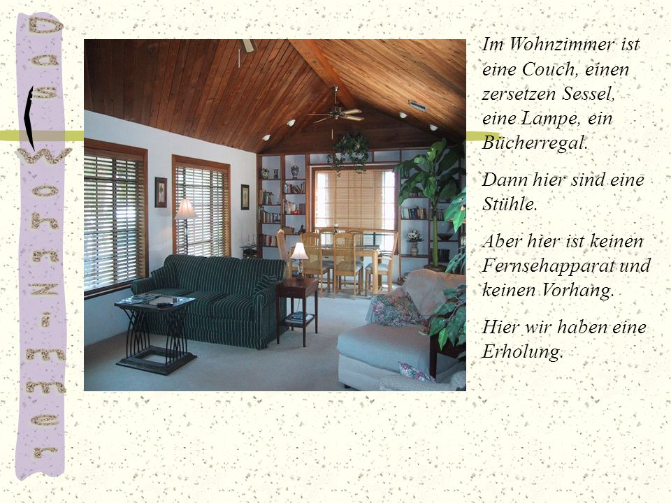 Im Wohnzimmer ist eine Couch, einen zersetzen Sessel, eine Lampe, ein Bücherregal.
