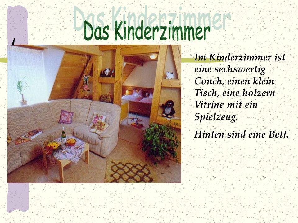 Das Kinderzimmer Im Kinderzimmer ist eine sechswertig Couch, einen klein Tisch, eine holzern Vitrine mit ein Spielzeug.