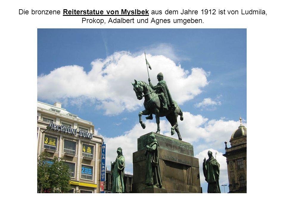 Die bronzene Reiterstatue von Myslbek aus dem Jahre 1912 ist von Ludmila, Prokop, Adalbert und Agnes umgeben.