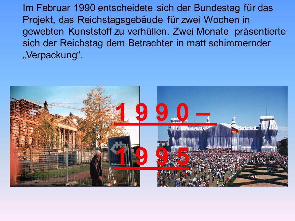 """Im Februar 1990 entscheidete sich der Bundestag für das Projekt, das Reichstagsgebäude für zwei Wochen in gewebten Kunststoff zu verhüllen. Zwei Monate präsentierte sich der Reichstag dem Betrachter in matt schimmernder """"Verpackung ."""